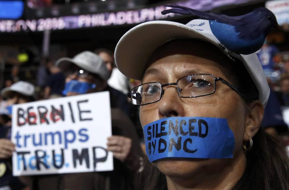 Seguidores de Sanders protestan en las gradas de la convención.