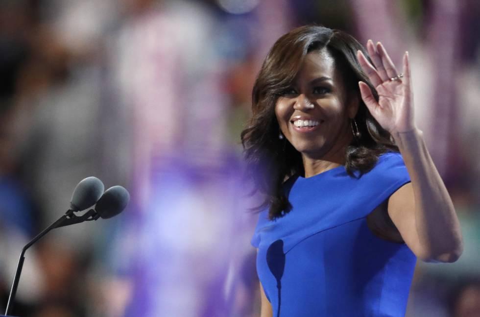 La primera dama saluda desde el escenario en Filadelfia.