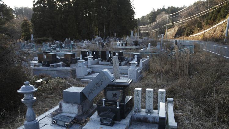 Varias tumbas se encuentran caídas en el cementerio del pueblo de Namie, dentro de la zona de exclusión de 20 km alrededor de la central nuclear de Fukushima, Japón. 15 de enero de 2012.