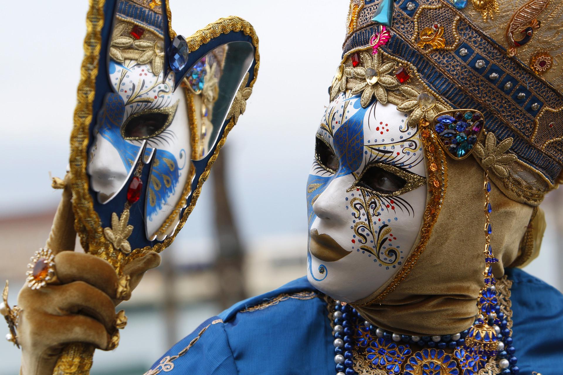 Una persona con una máscara posa en la plaza de San Marcos durante el carnaval de Venecia (Italia), el 6 de febrero de 2010.