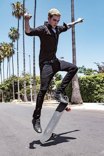 El embajador de Black XS, canta, desfila, pinta y hace cabriolas con el patinete.