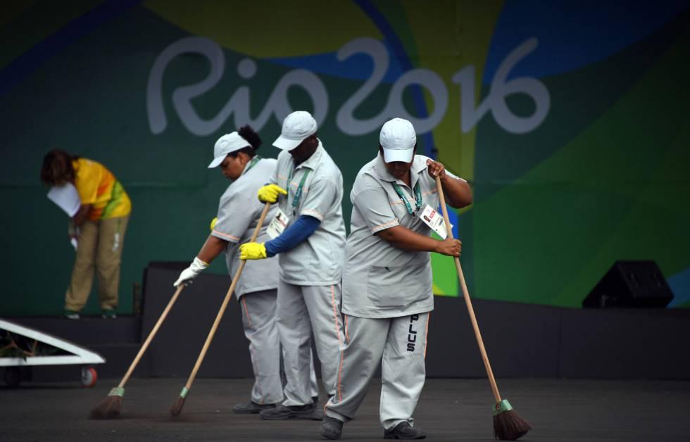 Varios empleados limpian en la villa olímpica de Río, este domingo.