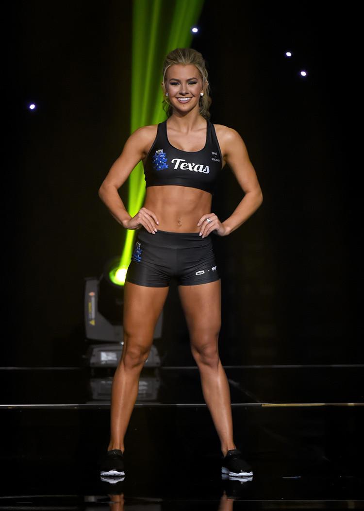 Karlie Hay en una competición en ropa atlética durante Miss Teen USA 2016.