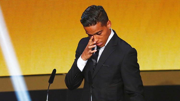 Wendell Lira recibe el premio Puskás de la FIFA al mejor gol del año 2015