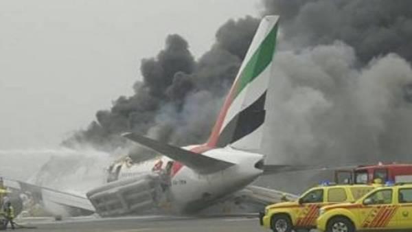 Un avión de la aerolínea Emirates realizó un aterrizaje de emergencia en el aeropuerto internacional de Dubai. (Twitter)
