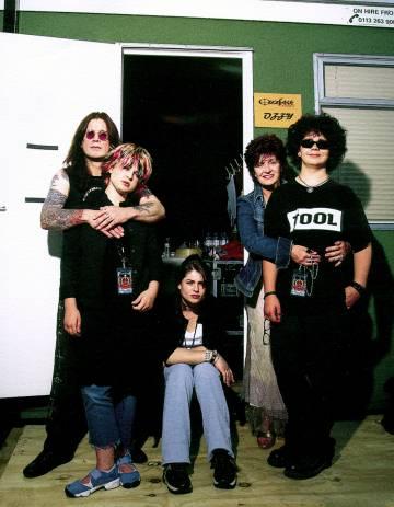 El matrimonio Osbourne y sus tres hijos, en una imagen tomada en el años 2000.