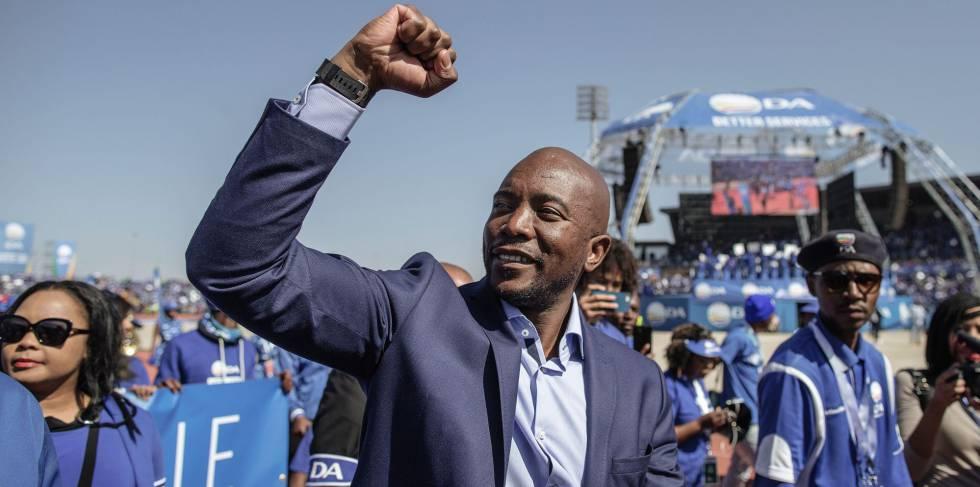 El  líder de la Alianza Democrática, Mmusi Maimane, saluda a sus seguidores, en un mitin en Soweto.
