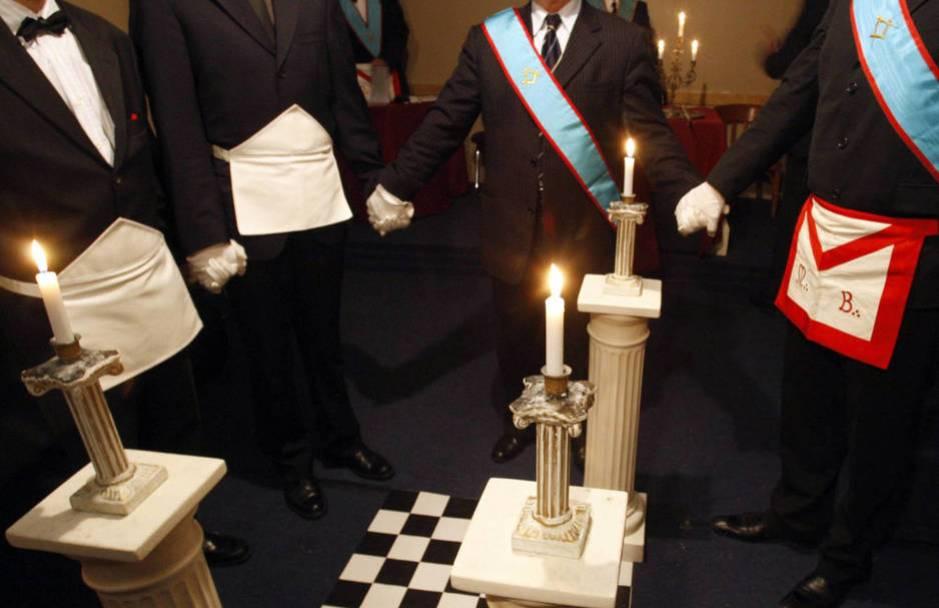Masones franceses durante un ritual celebrado en Burdeos en 2008. (Reuters/Regis Duvignau)