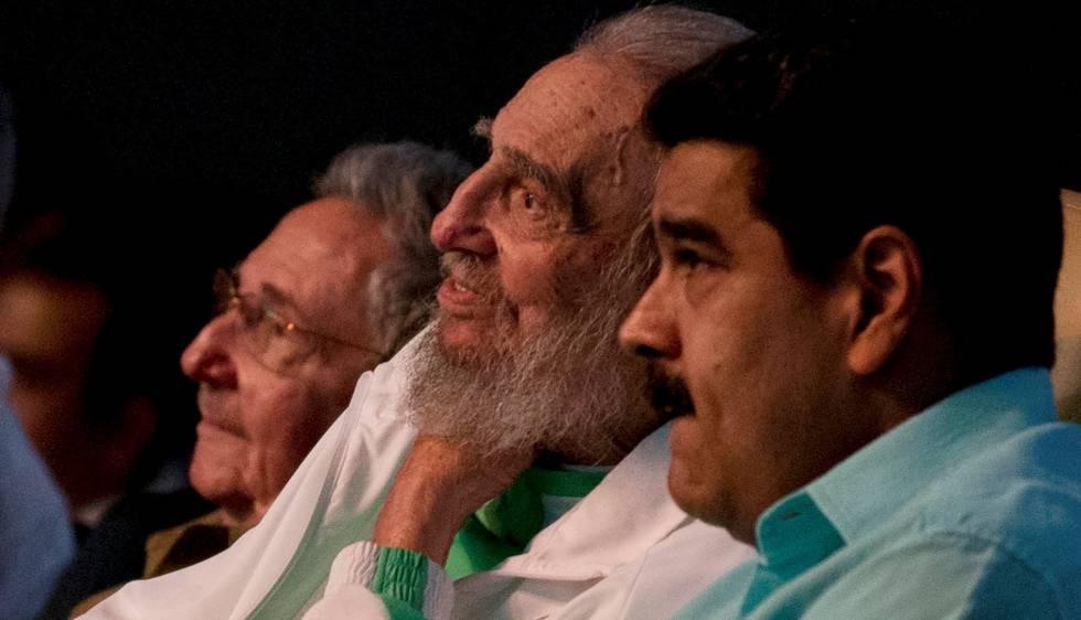 Fídel Castro, entre Nicolás Maduro y su hermano Raul, celebra su 90 cumpleaños.