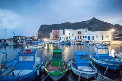 Favignana y su pequeño puerto sobre el Mediterráneo / Cézare de Luca.