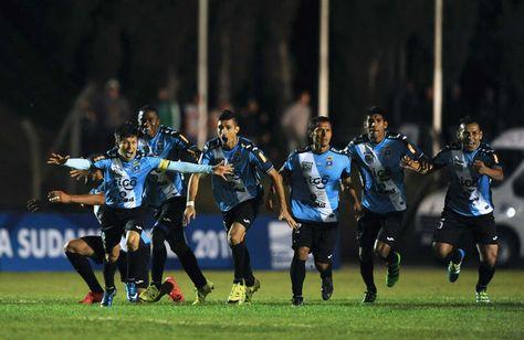 Jugadores de Blooming festejan el triunfo ante Plaza Colonia. Foto: AFP