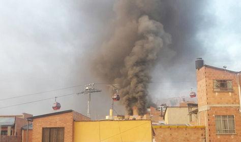 El incendio en la calle Incachaca comenzó a la una de la mañana y siete horas más tarde continuaba. Foto: Alejandra Sánchez Bustamante