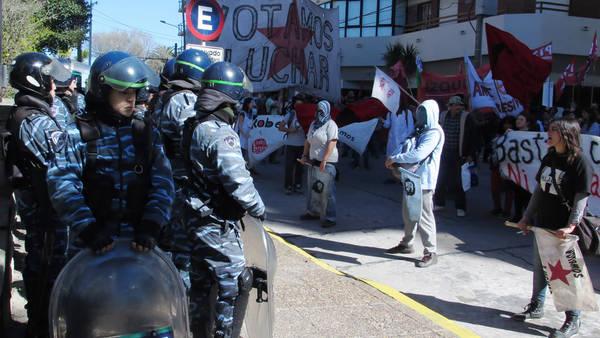 Manifestantes protestan en Mar del Plata por las declaraciones del juez Alfredo López sobre el ataque al Presidente Macri. Foto: Fabián Gastiarena