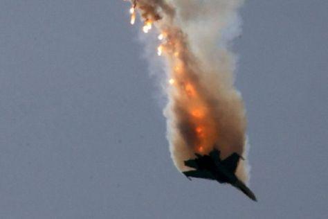 Foto referencial de un avión derribado en pleno vuelo.