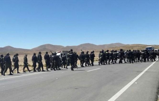 Policías y cooperativistas mineros se enfrentan otra vez en Panduro mientras se anuncia intento de diálogo