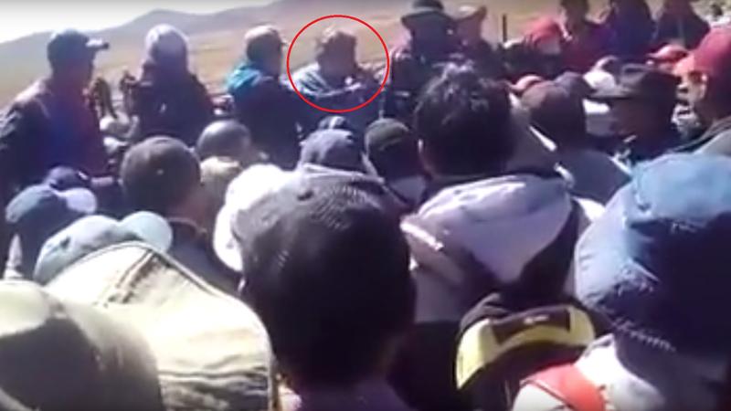 En el círculo rojo Rodolfo Illanes habla por teléfono pidiendo ayuda, mientras es rodeado por sus secuestradores.