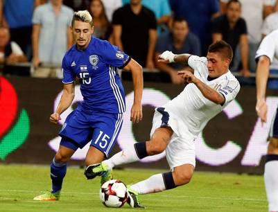 Marco Verratti de Italia disputa la pelota con Omer Atzili (i) de Israel. (EFE)