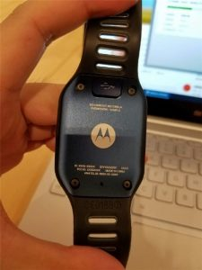 Motorola-smartwatch-prototype-featured-a-rectangular-screen-and-a-microUSB-port-2