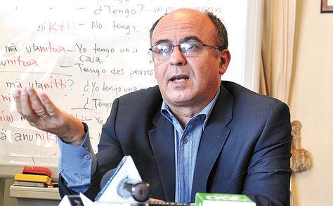 Postura. El titular de Defensa, Reymi Ferreira, durante una conferencia de prensa en su despacho.