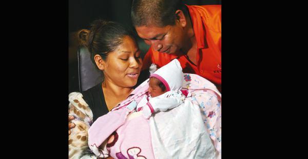otra vez en familia luego de cinco días de angustia se desató la alegría Un momento de ternura para Andrea Cecilia de parte de sus padres, ayer en el Comando policial