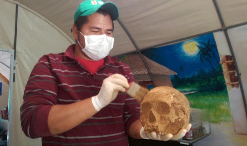 TRABAJOS. Parte del equipo de arqueólogos limpiando restos óseas de un reciente hallazgo. Este trabajo puede demorar semanas.