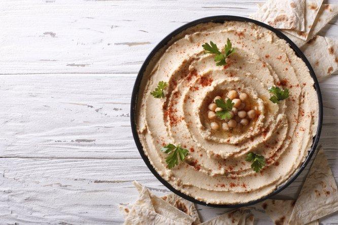 El hummus es una pasta de garbanzos originaria de Oriente Medio. Acompáñela con pan tostado, zanahoria cruda, apio... Aunque está tan buena que querrá comerla a cucharadas.