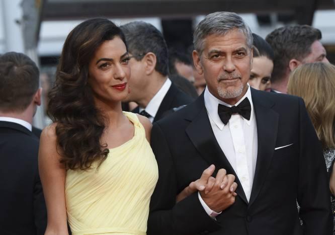 """George Clooney: """"Sí, en casa yo cocino un poco; mi mujer hace las reservas en el restaurante"""". El soltero de Hollywood por excelencia se casó en septiembre de 2014 en Venecia con la abogada Amal Alamuddin (ahora Amal Clooney). Y sí, prefieren cenar fuera de casa."""