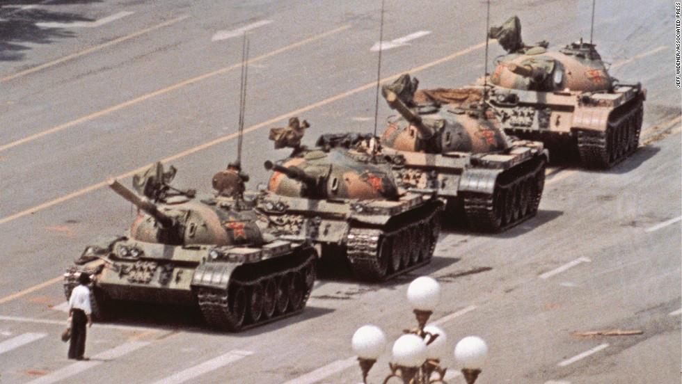 """Durante las protestas de la Plaza de Tiananmen en 1989, la histórica imagen de """"El Rebelde Desconocido""""  tomada por el fotógrafo Jeff Widener, le dio la vuelta al mundo mostrando la magnitud del enfrentamiento entre manifestantes y la fuerza pública china."""