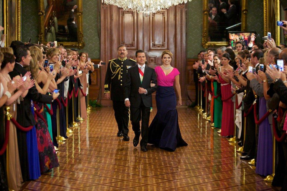 En 2014, Rivera llevó un vestido del dominicano Óscar de la Renta. El diseño de corte sirena llevaba un contraste de colores entre el rosa y el azul marino. La Primera Dama fue muy criticada por vestir una prenda de un diseñador extranjero que además estaba valuada en 6.200 dólares.