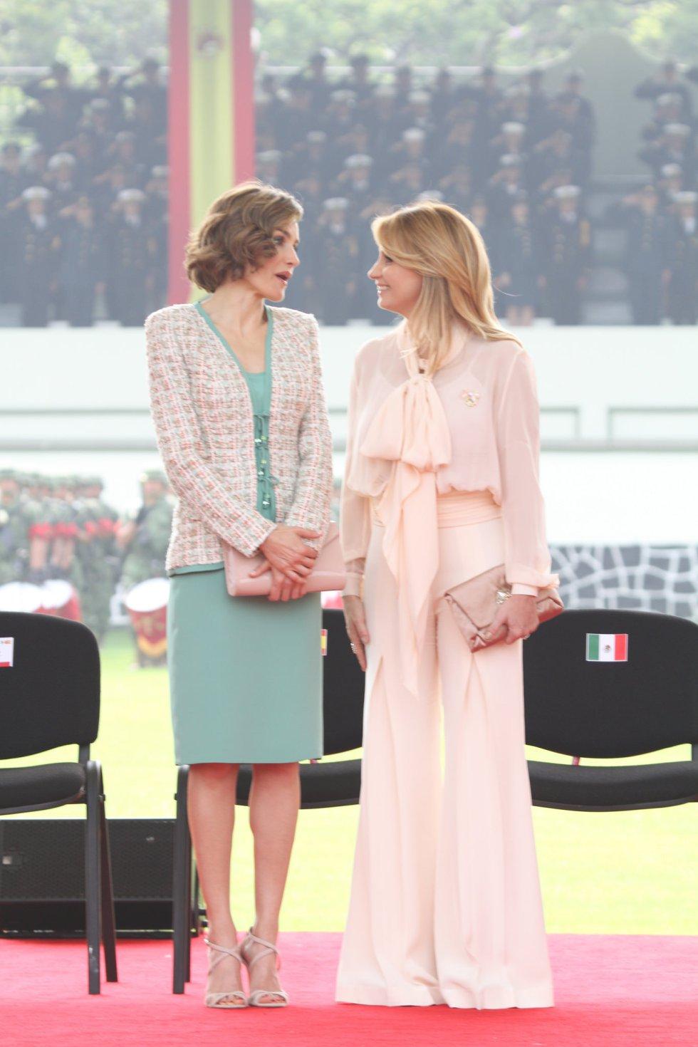 Las elecciones de Rivera para vestir no siempre reciben las mejores críticas. El año pasado durante la visita de los Reyes de España a México, la actriz vistió un pantalón acampanado y blusa de seda color rosa de Alejandro Carlín.