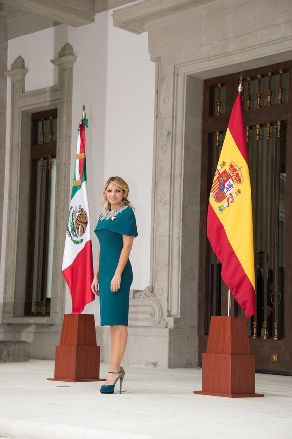 En la misma visita lució un vestido azul de Benito Santos con pedrería al que añadió una capa.