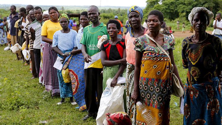 Malauíes hacen cola para recibir ayuda alimentaria a raíz de la sequía