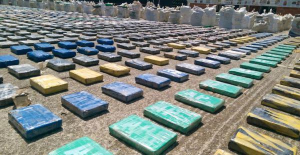 La policía expuso la droga incautada en el operativo
