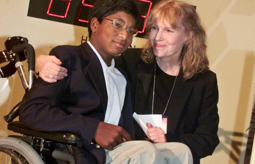 Mia Farrow, junto a su hijo Thaddeus, en una imagen de 2000.