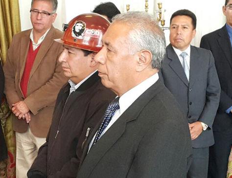 Reynaldo Llanque (izq.) y José Kinn Franco durante el acto de juramento.