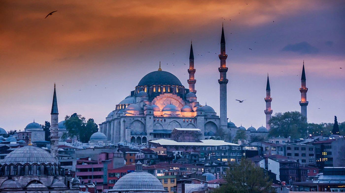 Estambul, Turquía. Pese a pasar a ocupar el octavo puesto luego de ser el quinto destino turístico de 2015, la ciudad continúa generando un gran interés. En este 2016 se prevé que 11,95 millones de personas llegadas de todo el mundo la visiten.