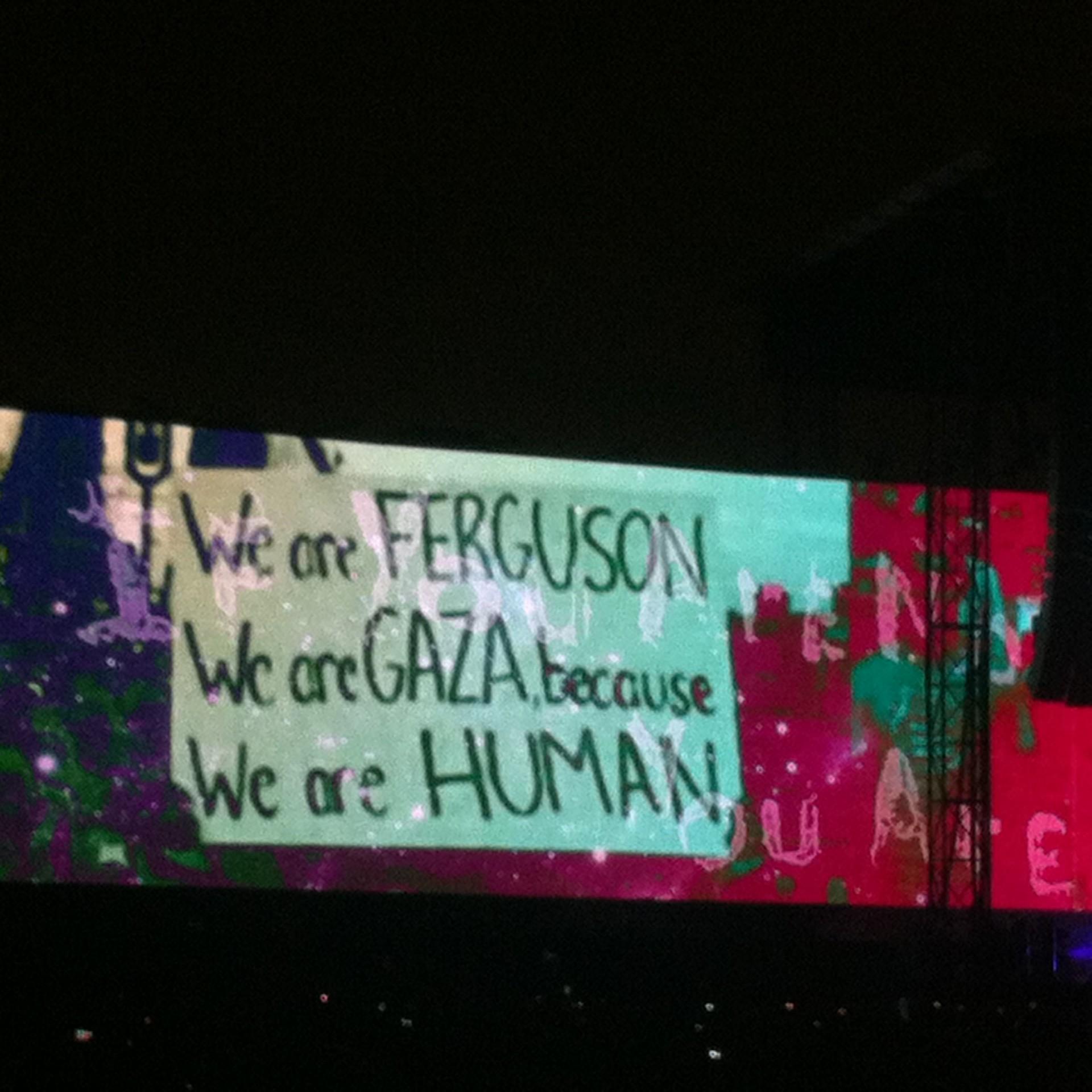 Mensajes proyectados durante el concierto de Waters en México