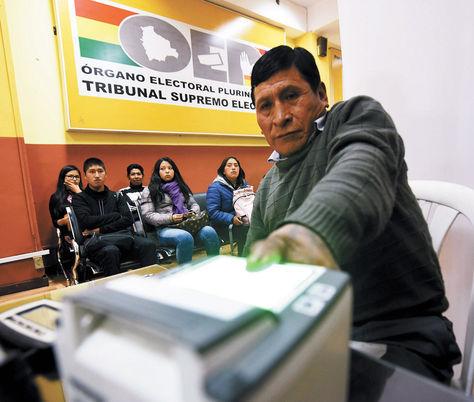 Un boliviano se empadrona en oficinas del TSE en La Paz.