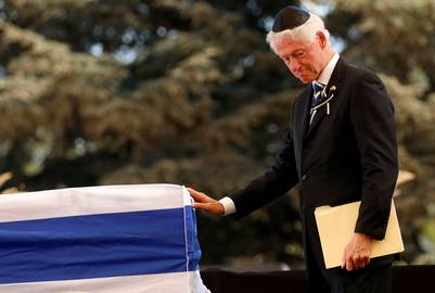 Dolor. El ex presidente de los Estados Unidos, Bill clinton, toca el féretro de Shimon Peres. /Reuters