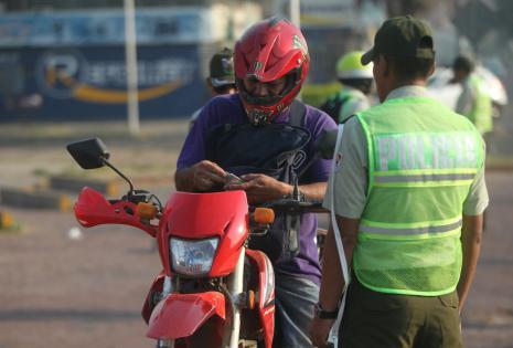 Policías de Tránsito pidieron licencias a los motociclistas en la av. Tres Pasos al Frente