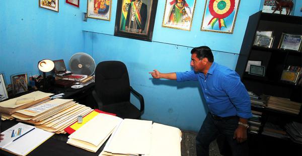 Lucio Vedia muestra cómo  ingresó el delincuente a su oficina para robarse el dinero