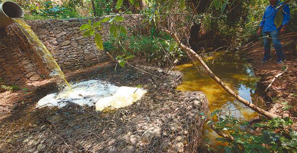 En El Torno, en el kilómetro 34, este desagüe vierte un chorro de agua espumosa y maloliente que luego es conducida por un canal al río