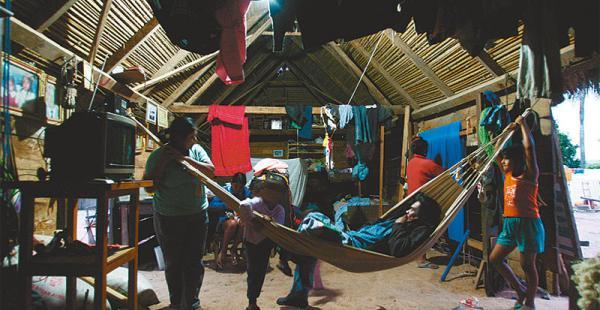 PARA DORMIR Y PARA COMPARTIR En muchas poblaciones rurales, la hamaca es la herramienta utilizada como cama y también el más cómodo espacio para charlar con la familia y con los amigos. El patriarca del hogar es el dueño principal de esta red alargada que