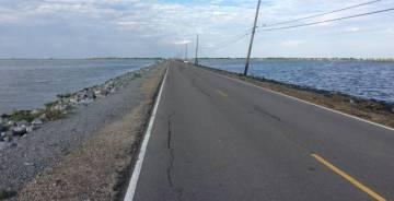 La única carretera de acceso a la isla de Jean Charles.