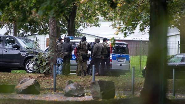 Operativo. Miembros de una unidad especial de la policía, en un barrio de la ciudad aleamana de Chemnitz, este sábado. /AFP