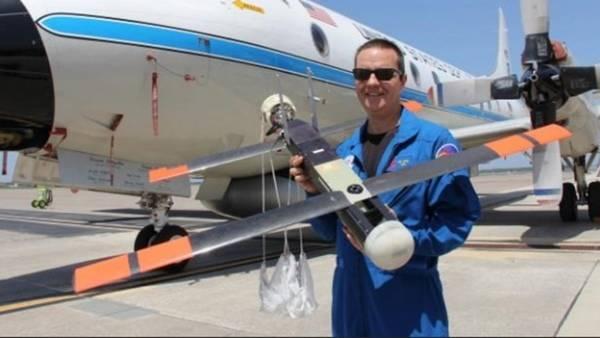Joe Cione, investigador de huracanes del NOAA,, sostiene un Coyote. (NOAA).