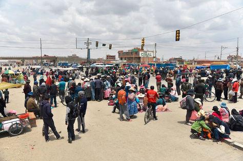 Bloqueo vecinal en la ruta que conecta a El Alto con el departamento de Oruro