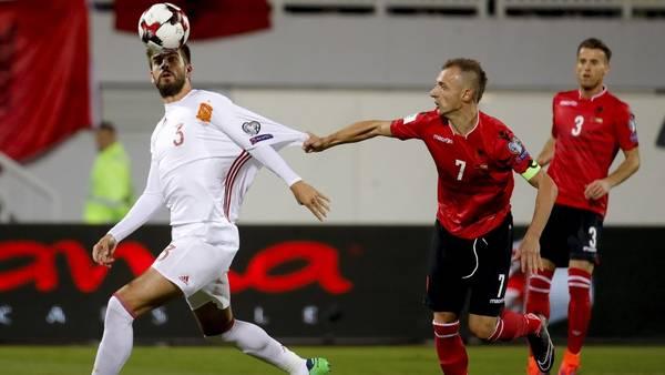 Piqué con sus mangas recortadas en el partido ante Albania. (EFE)