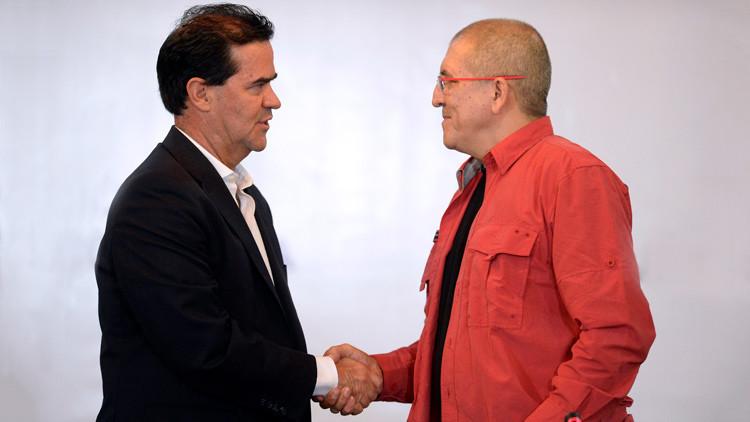 El jefe negociador del gobierno colombiano, Frank Pearl, y el guerrillero del ELN, Antonio García, estrechan sus manos en el inicio de las negociaciones de paz en Caracas. 30 de marzo de 2016.