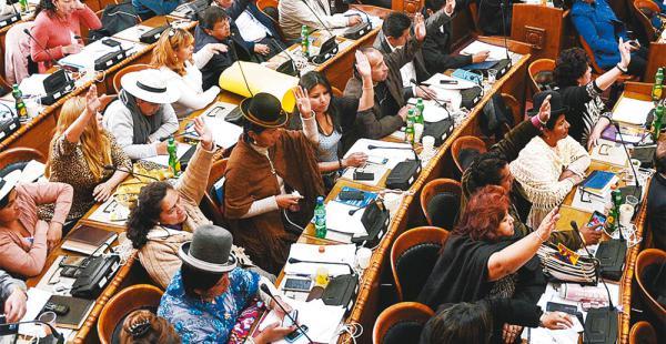 Las mujeres ocupan más escaños que los hombres en la Asamblea Legislativa Plurinacional